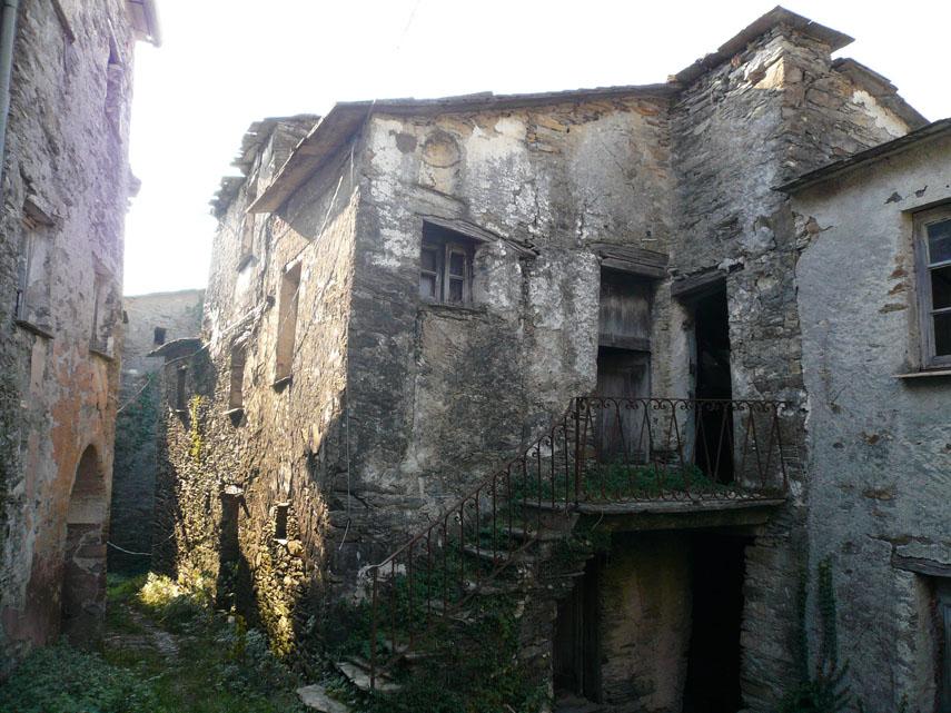 Monte ramaceto for Disegni di case abbandonate